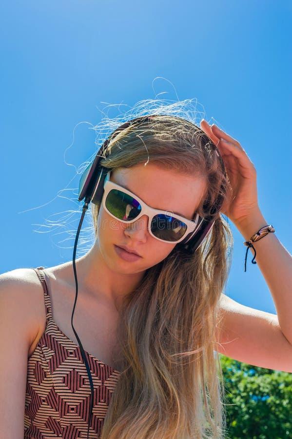 Música de escuta da menina foto de stock