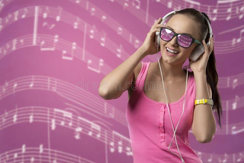 Música de escuta da menina feliz fotografia de stock royalty free