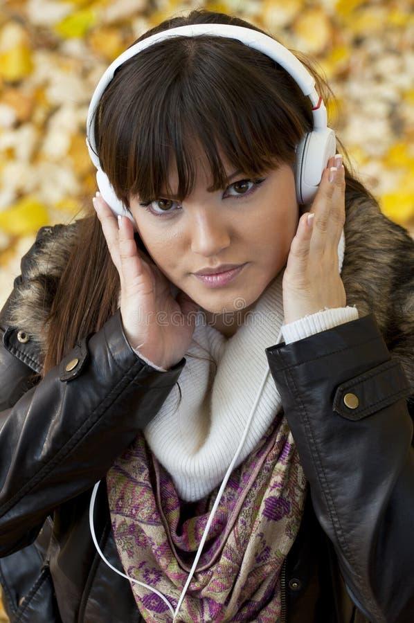 Música de escuta da menina na natureza foto de stock royalty free