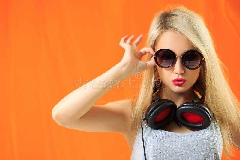 Música de escuta da mulher bonita nova do moderno e imagens de stock