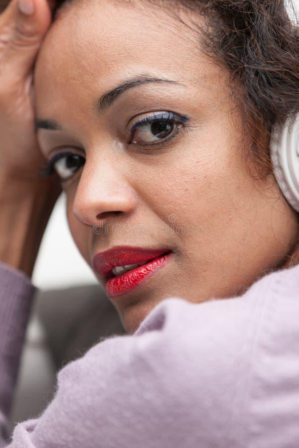 Música de escuta da mulher com auscultadores fotos de stock