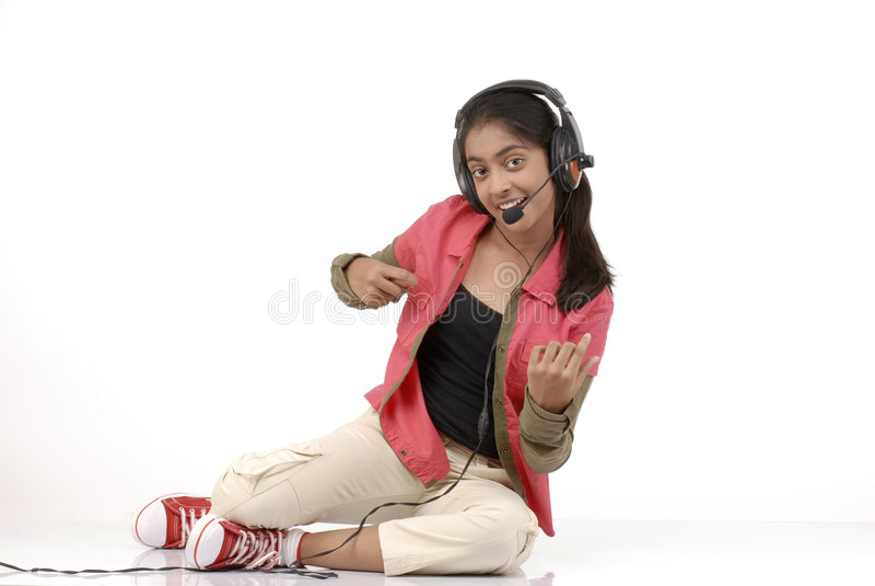 Música de escuta da rapariga fotografia de stock