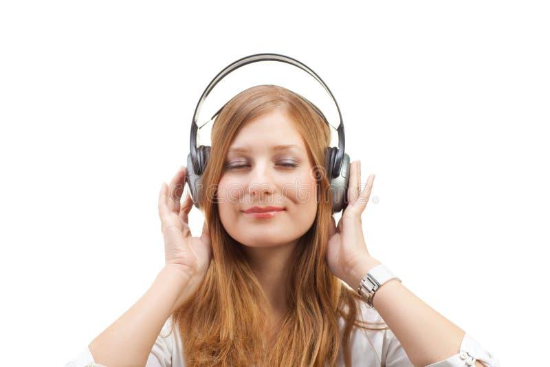 Música de escuta das mulheres bonitas. foto de stock royalty free