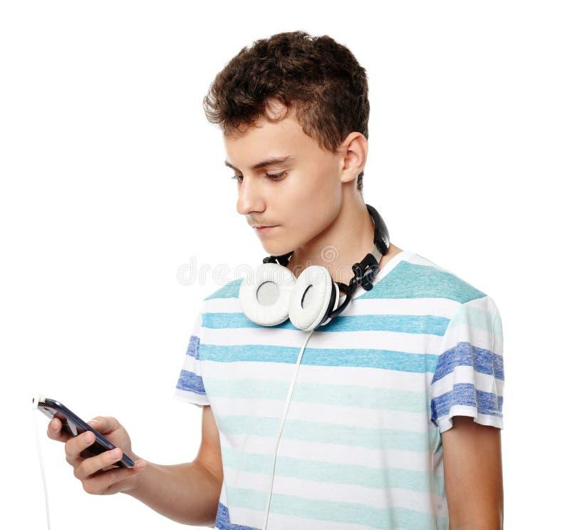 Música de escuta do adolescente em fones de ouvido imagens de stock