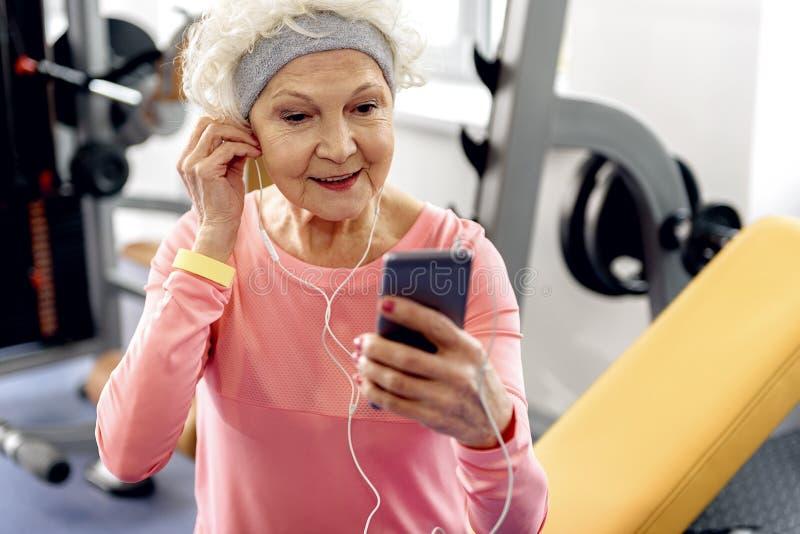 Música de escuta do beneficiário de Pleasured no gym fotografia de stock royalty free