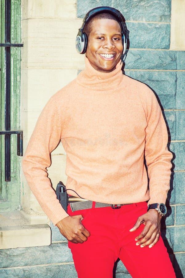 Música de escuta do homem afro-americano novo no Central Park, novo foto de stock