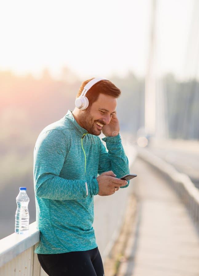 Música de escuta do homem após movimentar-se fotografia de stock