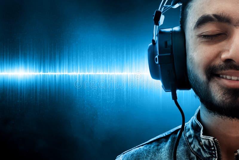 Música de escuta do homem no fundo da onda fotos de stock