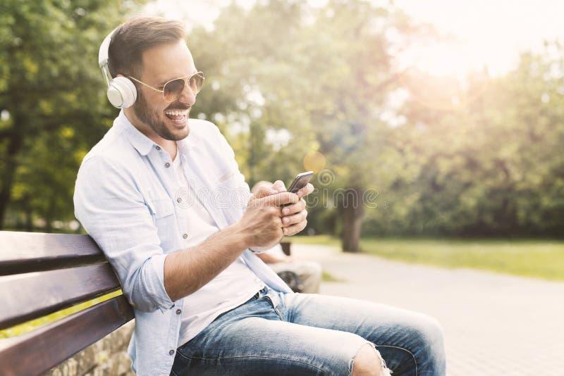 Música de escuta do homem novo foto de stock royalty free