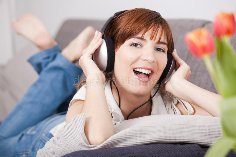 Música de escuta em casa foto de stock royalty free