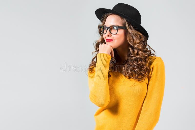 Música de escuta feliz da mulher nova com auscultadores fotografia de stock