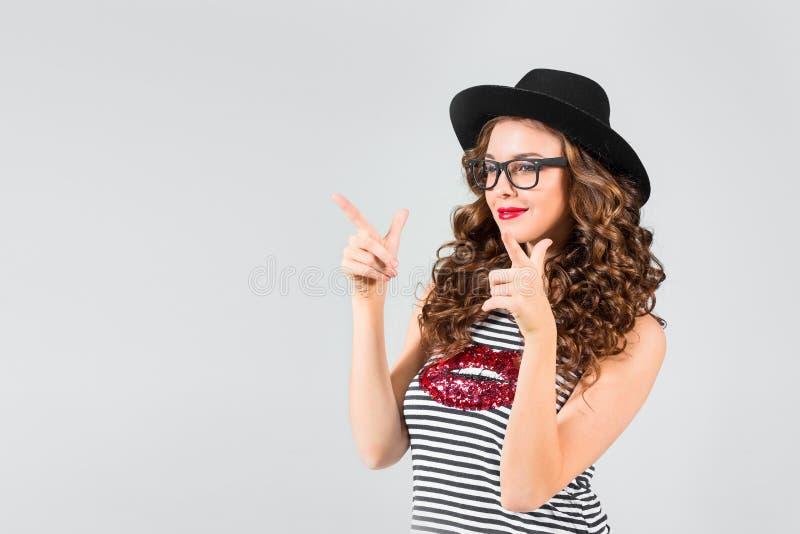 Música de escuta feliz da mulher nova com auscultadores imagens de stock