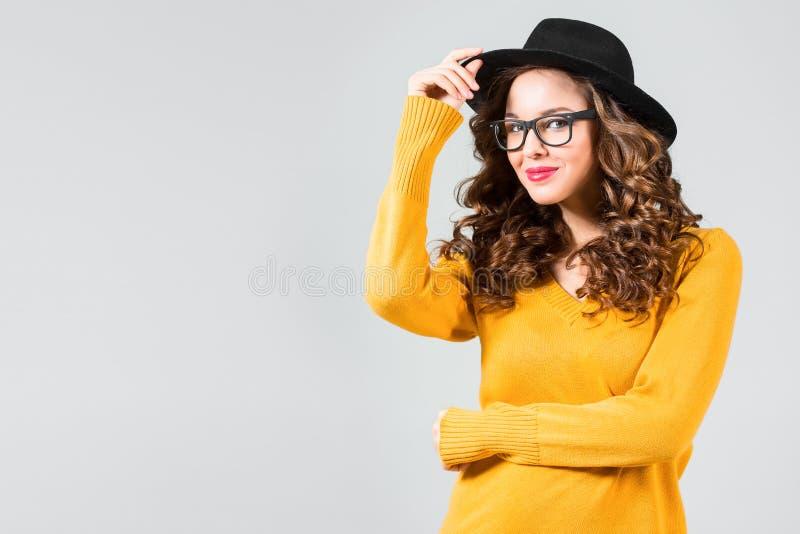 Música de escuta feliz da mulher nova com auscultadores fotografia de stock royalty free