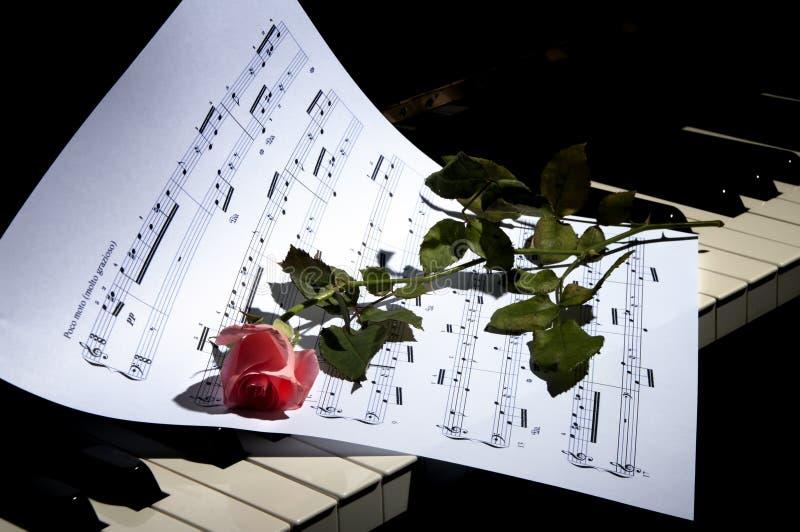 Música De Hoja Con El Piano Color De Rosa Imagen de archivo - Imagen ...