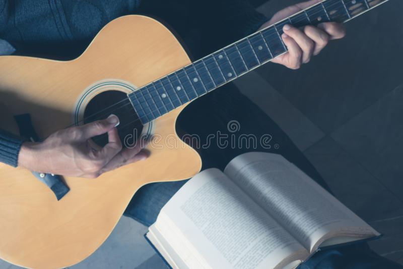 Música de la guitarra del juego foto de archivo