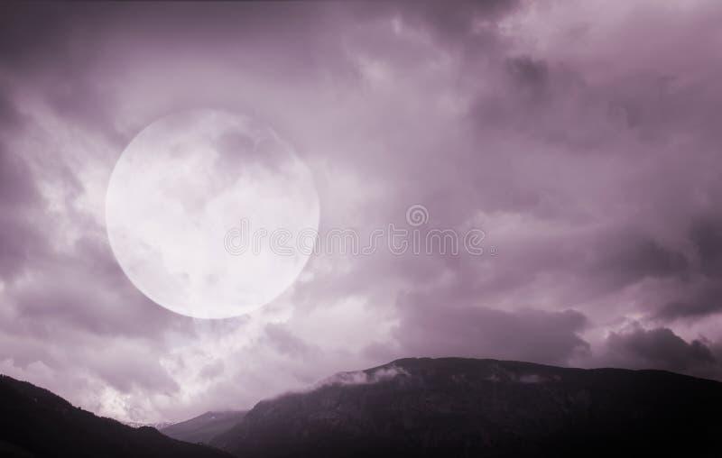 Música de la noche Montañas fantasmagóricas con la Luna Llena fotos de archivo