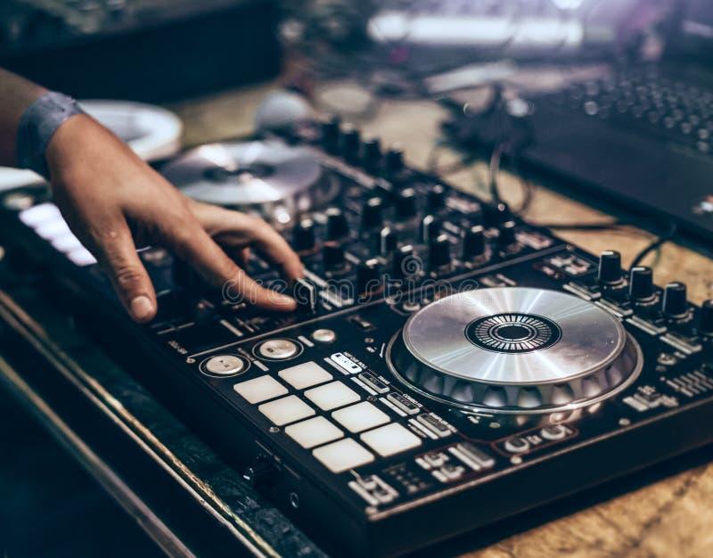 A música de mistura do DJ segue à mão na tabela da volta fotografia de stock royalty free