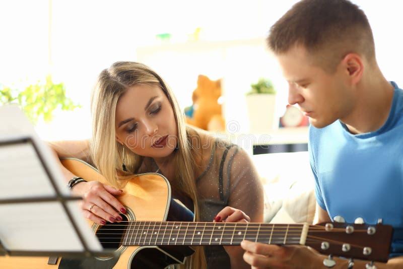 Música del juego del profesor de la mujer y de la guitarra de Millenial imagen de archivo libre de regalías