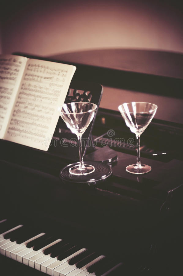 Música del vino y del piano imágenes de archivo libres de regalías