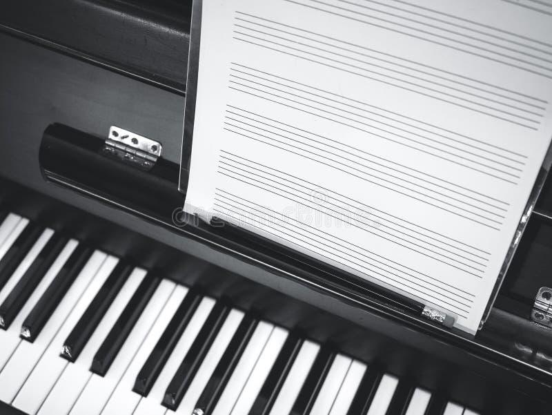 Música do clássico da folha de música do teclado de piano fotografia de stock