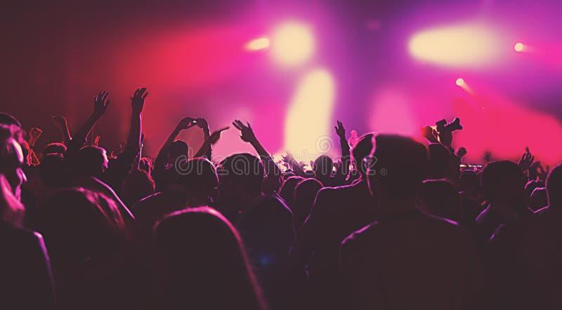 Música do clube do concerto do partido da multidão maciça da silhueta foto de stock royalty free