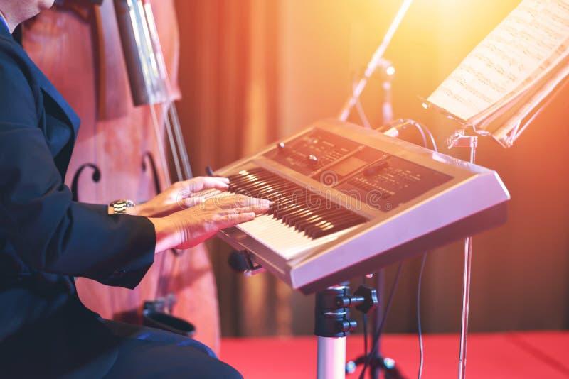 Música do teclado do jogo dos povos na fase fotos de stock
