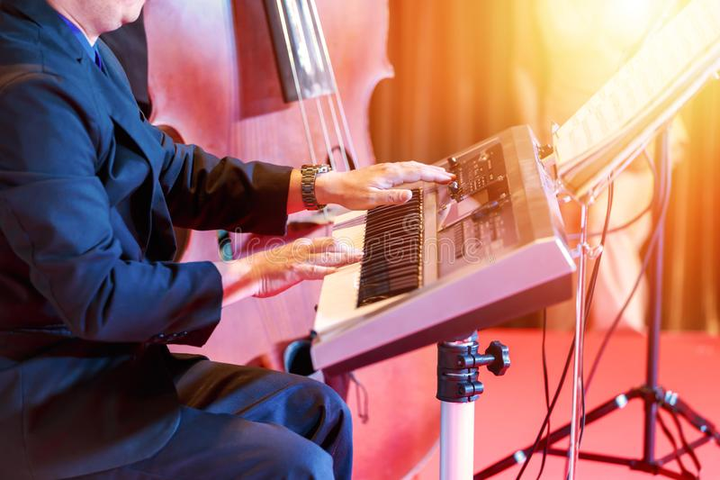 Música do teclado do jogo dos povos na fase imagens de stock
