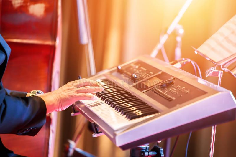 Música do teclado do jogo dos povos na fase foto de stock royalty free