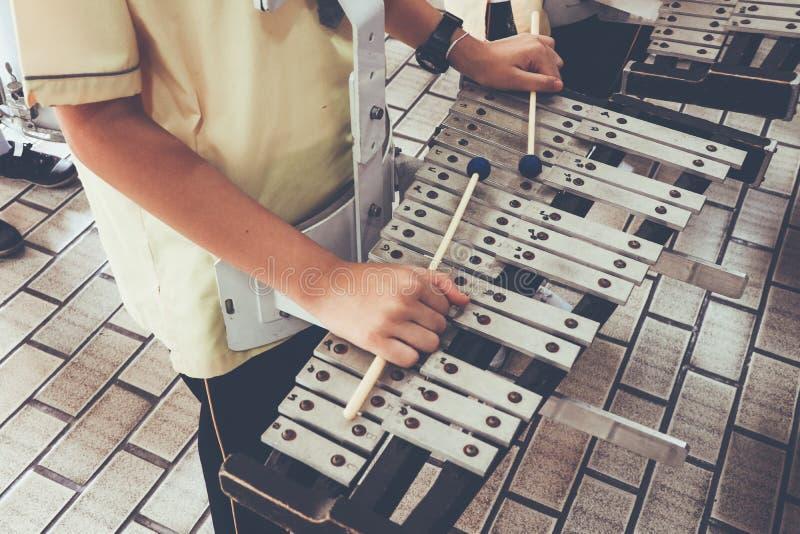 A música do trem do menino pelo Glockenspiel do xilofone para marchar fotografia de stock