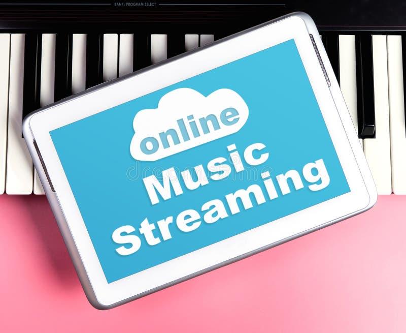 Música em linha que flui o cartaz no teclado da tabuleta foto de stock
