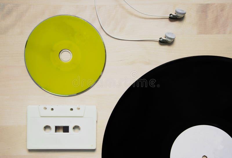 Música en disco y auricular cd verdes del vinilo de la cinta de casete fotografía de archivo libre de regalías