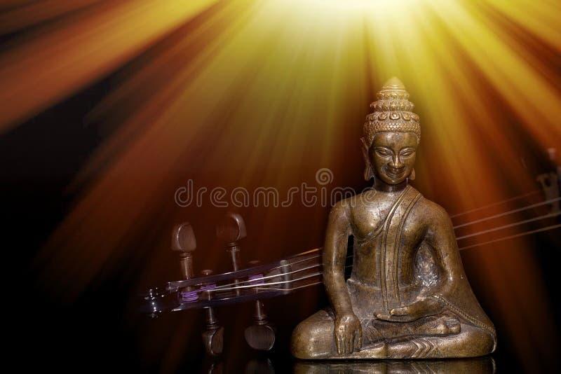 Música espiritual, sagrada o nueva de la edad Buda y violín debajo del sol fotografía de archivo