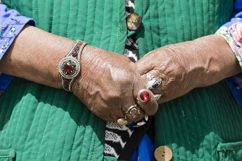Música Kul, Quirguizistão, o 8 de agosto de 2018: Close-up da joia do dedo da mulher kirguiz do wa fotos de stock royalty free