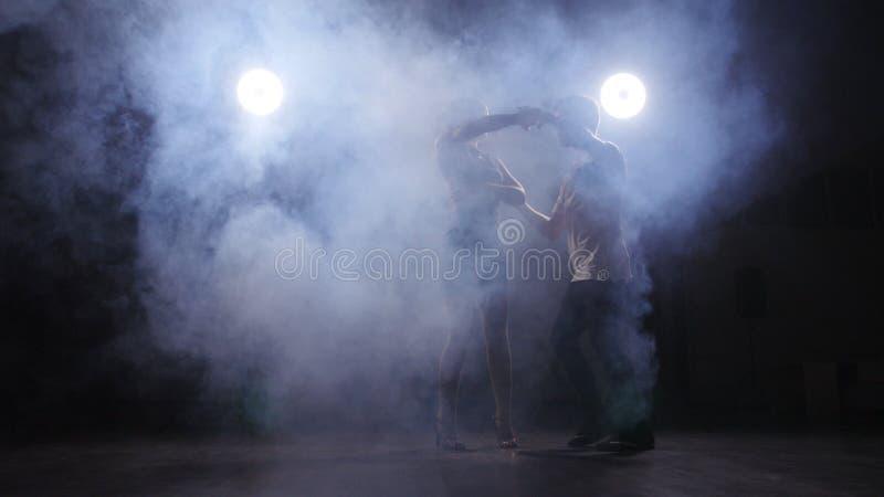 Música latina de baile de los pares jovenes Bachata, merengue, salsa Sitio oscuro fotos de archivo libres de regalías