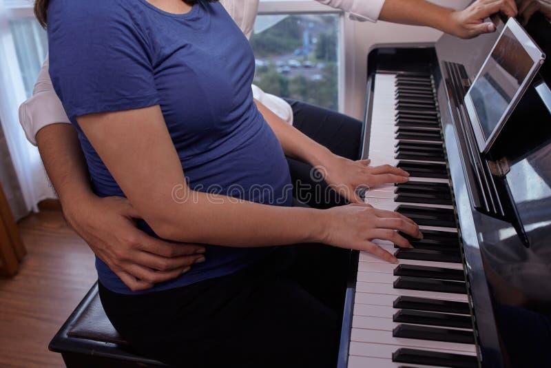 Música para el bebé en el vientre fotografía de archivo libre de regalías