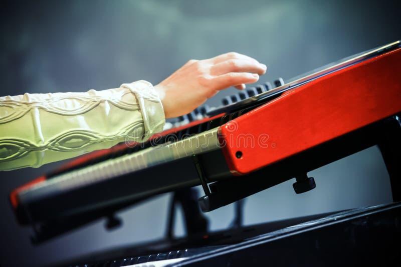 Música pop Mano eléctrica del pianista imagenes de archivo