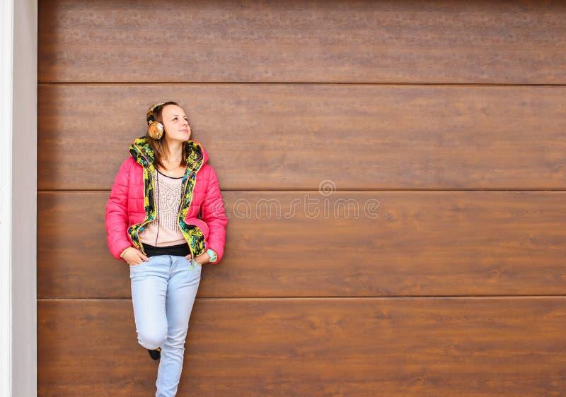Música que escucha de la chica joven afuera imagenes de archivo