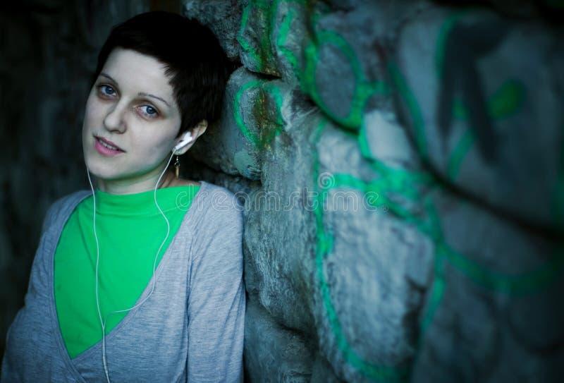 Música que escucha de la mujer   fotografía de archivo libre de regalías