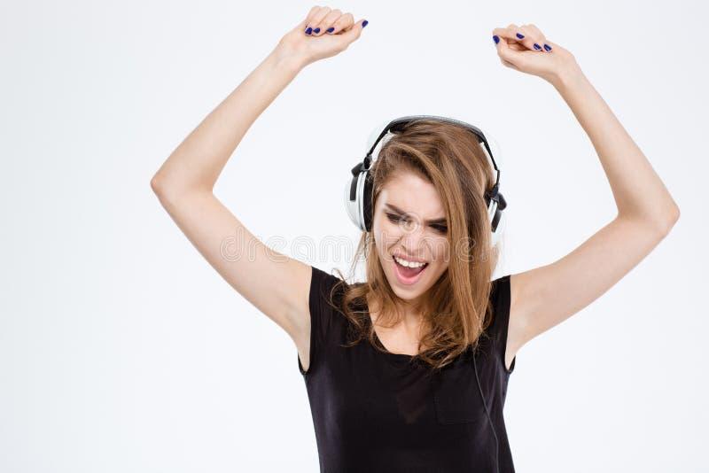Música que escucha de la mujer alegre en auriculares foto de archivo