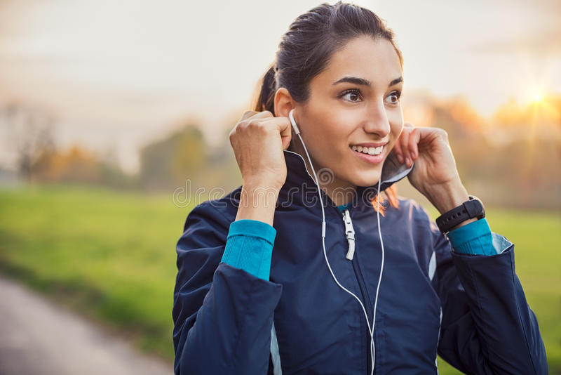 Música que escucha de la mujer atlética fotografía de archivo