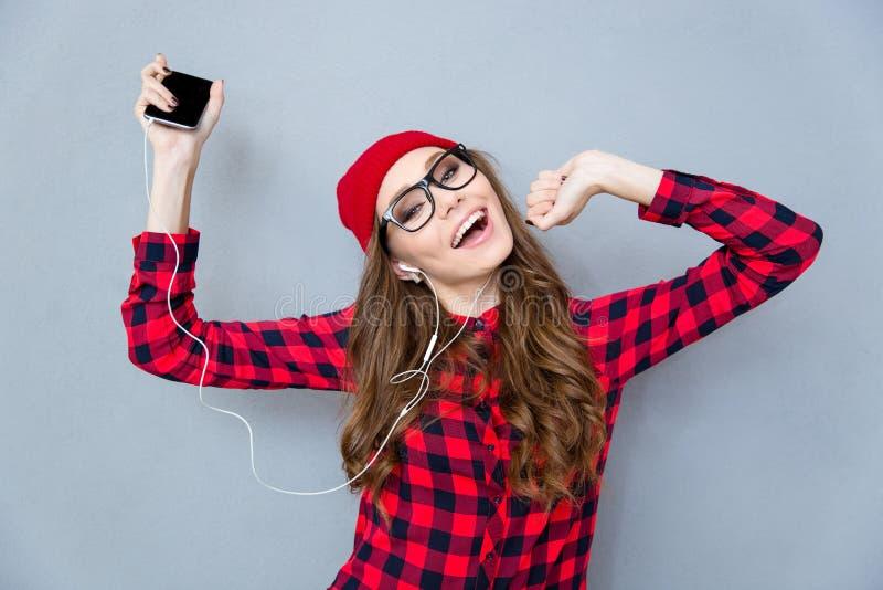 Música que escucha de la mujer en auriculares y el baile foto de archivo libre de regalías