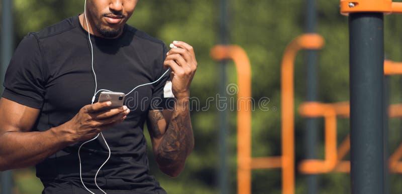 Música que escucha del basculador masculino que toma la rotura después del entrenamiento de la mañana imágenes de archivo libres de regalías