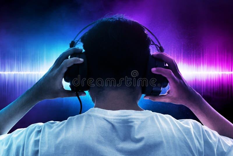 Música que escucha del hombre en fondo de la onda foto de archivo libre de regalías