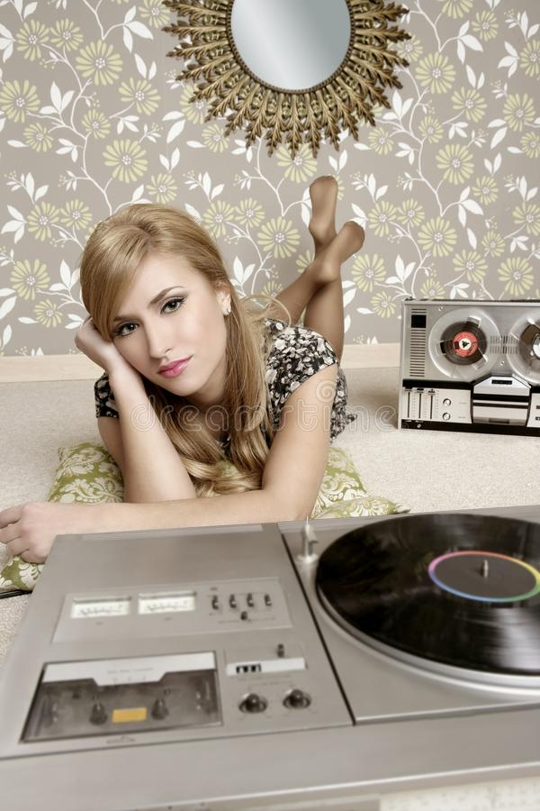 Música retra de la placa giratoria del vinilo de la mujer de Audiophile fotografía de archivo libre de regalías