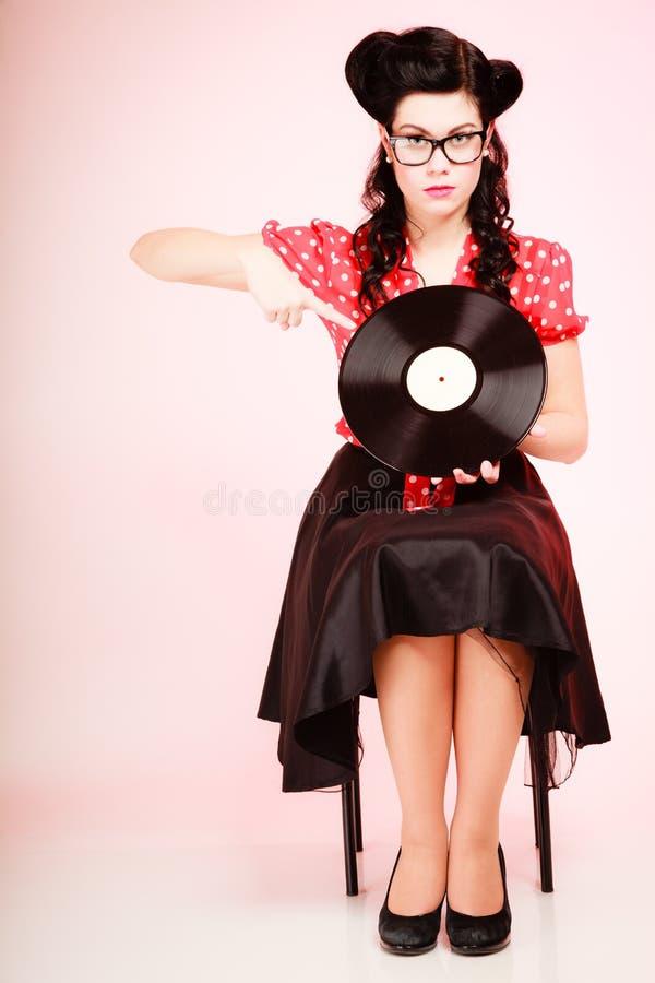 Música retra Muchacha modela con el disco de vinilo imagenes de archivo