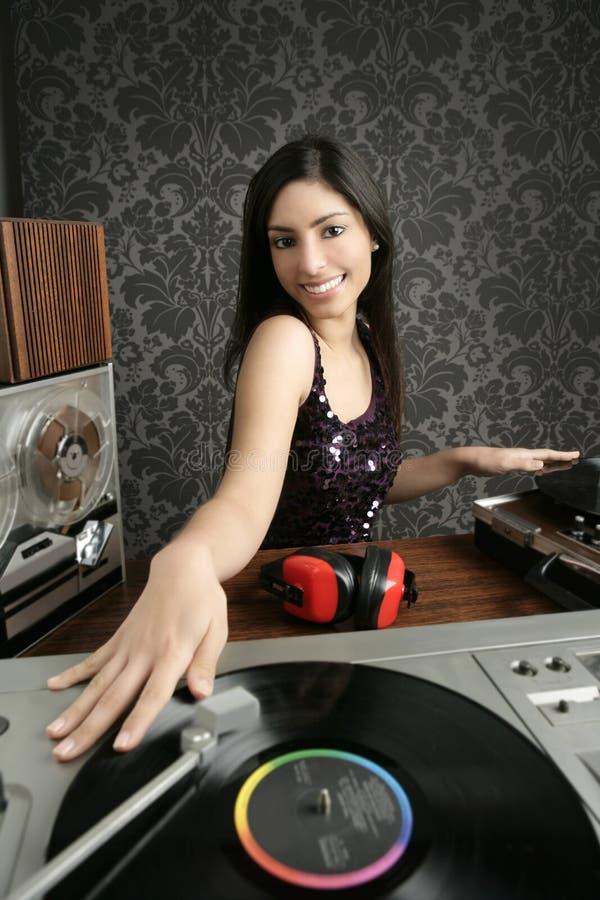 Música retro da plataforma giratória do vinil do vintage da mulher do DJ imagens de stock