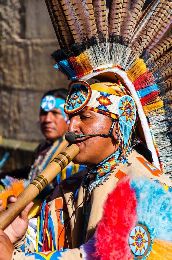 A música tribal indiana do jogo do grupo do nativo americano e canta na rua imagens de stock
