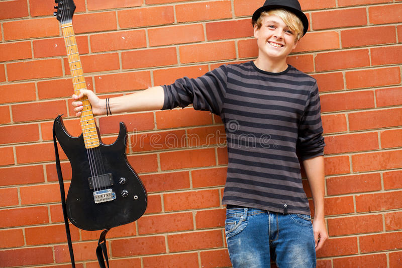 Músico adolescente bonito foto de stock