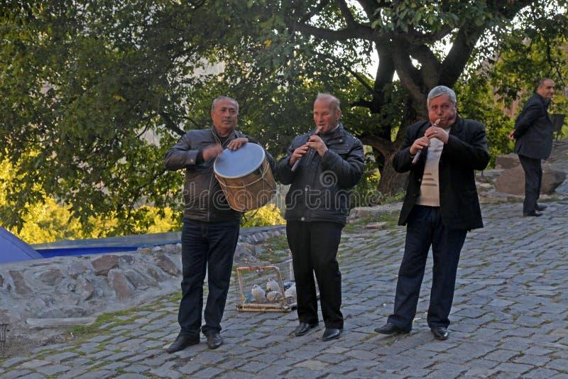 Músico armenio que juega música tradicional cerca del tem antiguo fotografía de archivo libre de regalías