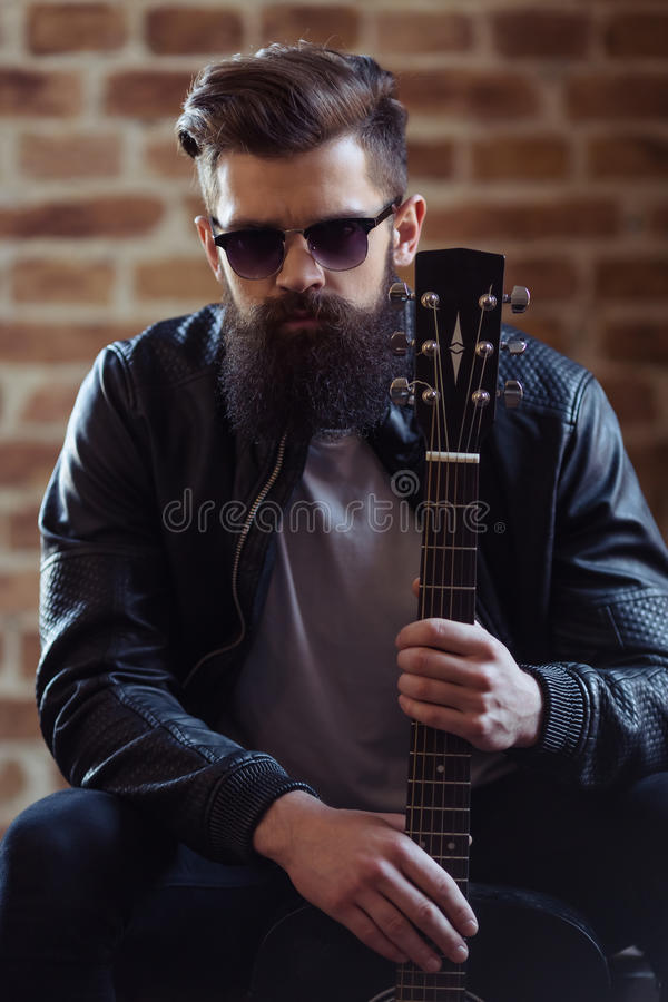 Músico barbudo elegante fotografía de archivo libre de regalías